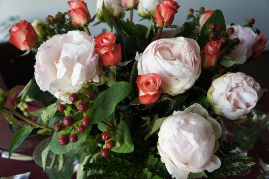 Pivoines, roses et hypericum composent ce bouquet démesuré pour un dîner de fête.