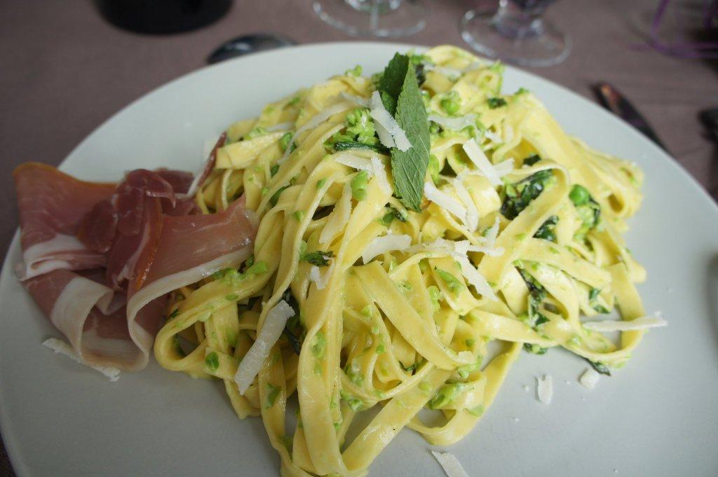 En plat principal, tagliatelles fraîches aux petits pois, parmesan, crème et son jambon de Parme.