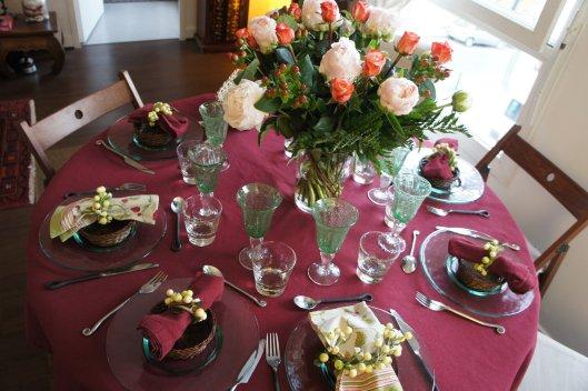 Ce soir, ça ne rigole pas, il faut faire les choses en grand... nappe Garance foncé, gros bouquet de pivoines et de roses...