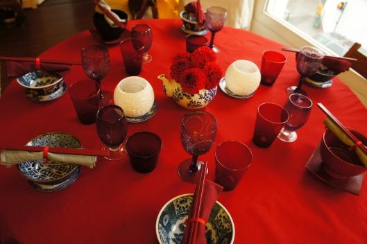 Les verres-gobelets rouges contrastent avec les verres à pied violets.