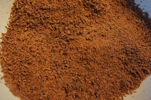 Quelques heurs plus tôt, un fondant au chocolat a été confectionné en cuisine... Une base de chocolat noir râpé...