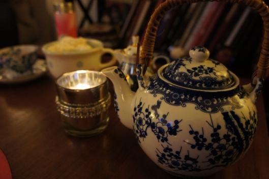 """... pour accompagner le fondant, un excellent thé """"Mariage Frères"""". Le Paris-Bangkok aux saveurs de violette et de réglisse..."""