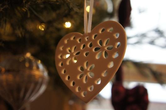 ...dans l'or du soir qui tombe, un cœur un porcelaine se balance, savourant la douceur de ce moment partagé...