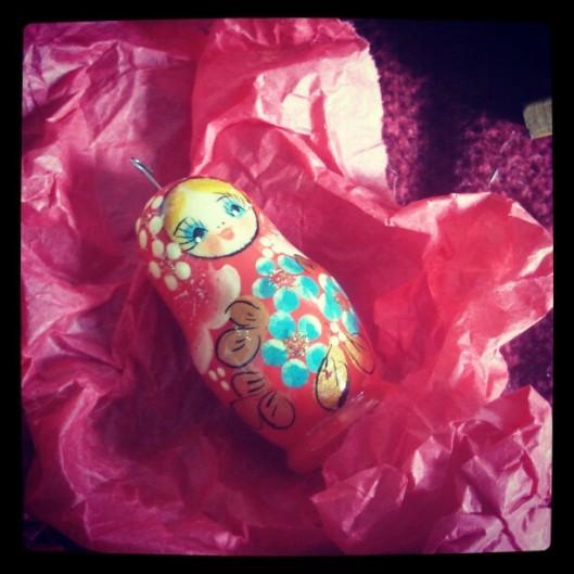 Une matriochka miniature retrouve son papier de soie où elle y dormira 11 mois...