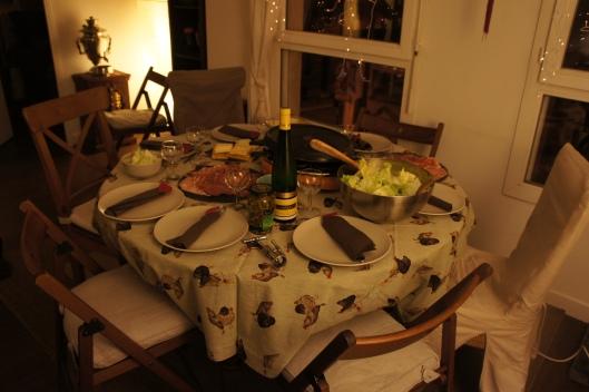 Fromage à raclette (la marque Richemond est vraiment bien), grosse salade iceberg, charcuterie et cornichons, petit vin blanc sec : tout est fin prêt pour commencer !