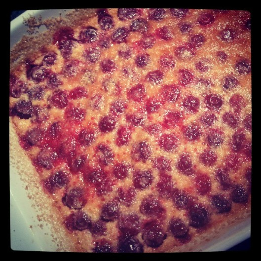 Je n'ai pas eu assez de poil dans la main pour ne pas concocter un dessert... un simple clafouti est adéquat pour finir le repas sur une note simple, légère et fraîche avec ces griottes d'un rouge flamboyant !
