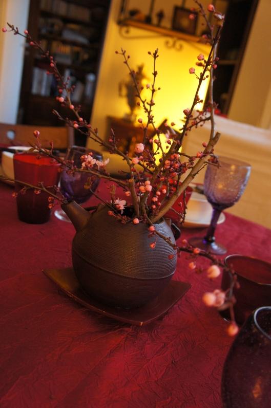 Dans une théière en fonte (japonaise, sacrilège !), des branches de prunus taillées bas afin que les convives puissent se voir.