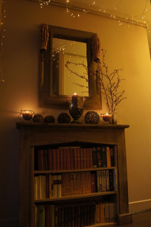 De part et d'autre du miroir, des lampions chinois sont accrochés.