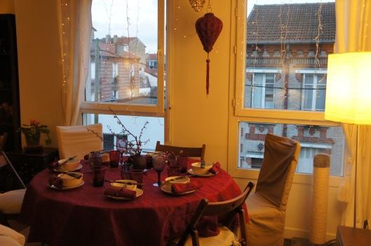 La table est dressée. Cette fois, c'est une nappe gaufrée aux tons framboise tirant sur le rouge avec un triptyque de couleurs : violet, rose et blanc.