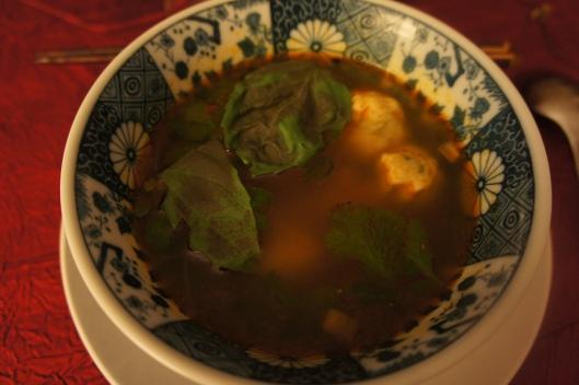... suivi d'une soupe de ravioles au bouillon pimenté et basilic frais