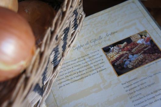 Il fait froid, alors on va un peu attendre pour les repas de pleinement printaniers... Mon livre de recettes toscanes suggère un gratin d'oignons au fromage...
