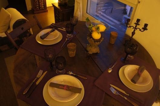 Des verres violet se fondent dans l'ensemble, le bois de la table e, noyer ressort...