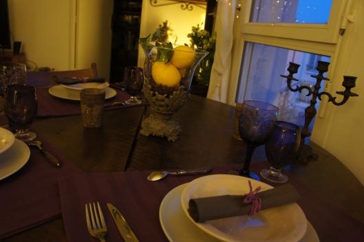 Des citrons dans un photophore viennent égayer le poupre des sets de table en tissu, en fait des torchons HABITAT que j'ai trouvé si jolis que je les ai reconverti.