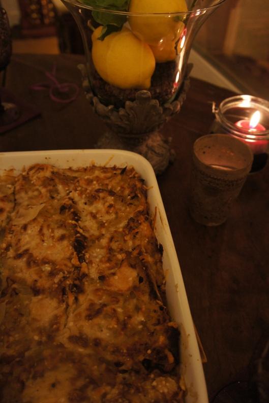 Le plat principal est un gratin d'oignons jaunes au comté, bouillon de poulet maison, pain et parmesan.