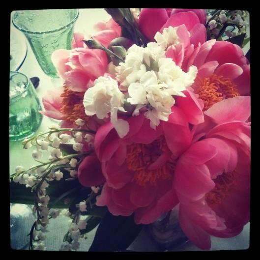 Cette fois, j'ai composé un bouquet à base de pivoines d'un rose très vif, d'œillets et de muguet, le tout dans un vase carré assez bas.
