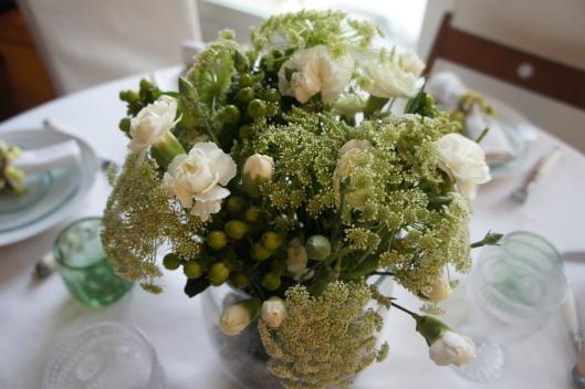 Bouquet composé de dills (fleur de l'aneth), hypericum vert et oeillets blancs