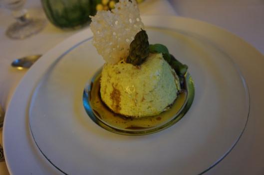 L'entrée se compose d'un bavarois d'asperges avec sa tuile au parmesan, sa vinaigrette au balsamique et sa pointe d'asperge pochée.