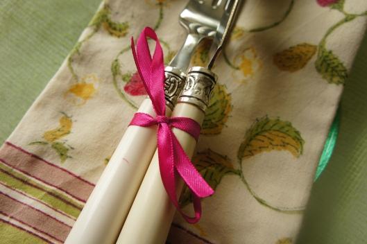 Le détail fait souvent la différence... un petit ruban et cela vous habille des couverts !