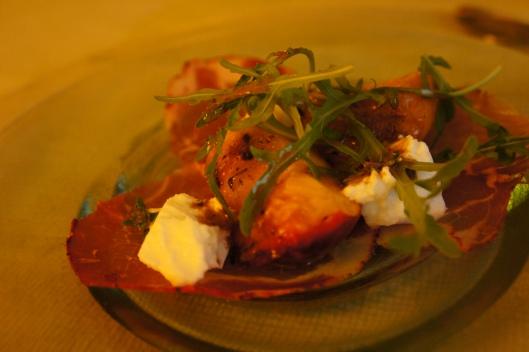 Entrée : pêches rôtie au thym et à l'huile d'olive sur un lit de coppa, mozarella de Bufflone crémeuse (de chez l'épicier italien, incomparable avec ce que l'on trouve en supermarché ), vinaigrette au balsamique, crème et huile d'olive, thym. Feuilles de roquettes.