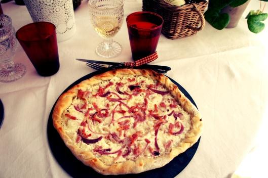 Flammenküche oignons rouges, lardons et crème fraîche