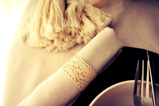 Les ronds de serviette en rappellent le vase dentelé en fer blanc...