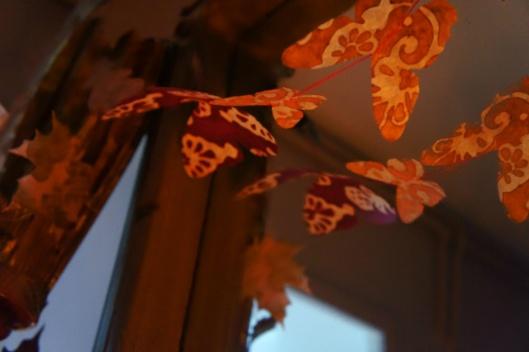 Des papillons en papier Lamalli de l'Himalaya volent au grès de la chaleur des bougies....