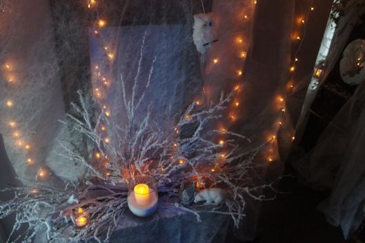 Comme figé par la glace, il se pare de branchages floqués, de bougies dans des verres martelés et un photophore bullé...