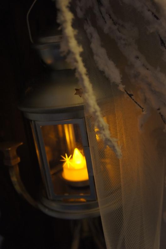 Etant donné que l'on travaille avec des matières hautement inflammables (tulle, branchages floqués, tissu intissé...), des luminions à leds s'imposent. Pas question d'utiliser des vraues flammes. J'ai trouvé des luminions à led chez Botanic (1.99 € les deux, piles fournies). Les lampes à led sont une révolution en déco : elles ne chauffent pas, elles consomment très peu d'énergie et sont très résistantes dans le temps !