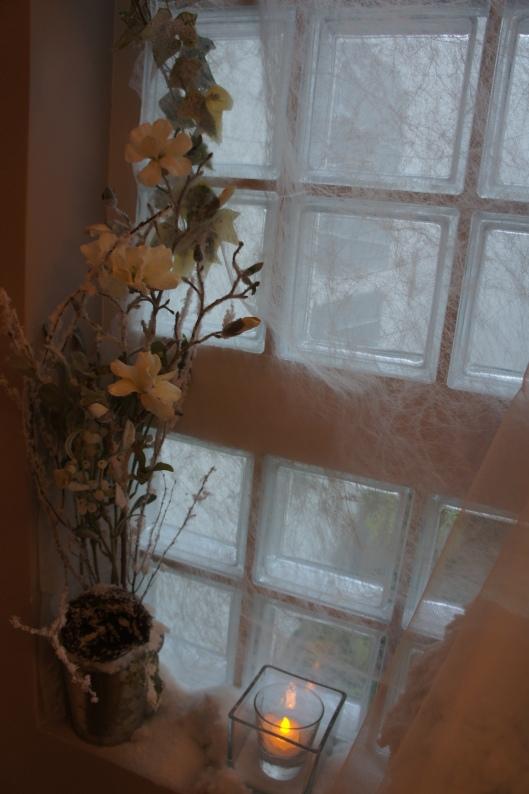 Dans un pot en fer argenté (Ikea, un classique !), et lesté de cailloux, fleurs artificielles : gui, camélias et branchages floqués