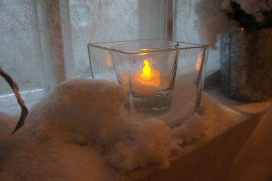 On penserait qu'il a vraiment neigé dans un jardin... j'ai utilisé de la neige en poudre que l'on trouve dans les jardineries (Botanic). Pour donner du volume en dessous, de la ouate ordinaire fait très bien l'affaire.