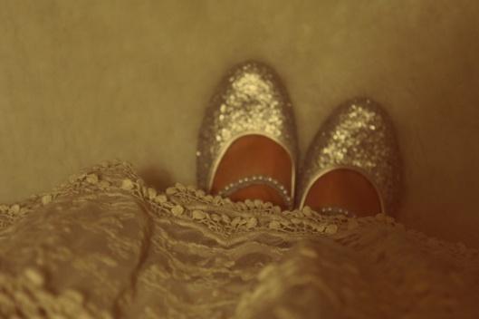 Une règle d'or : être raccord avec le décor quand on reçoit ! (ou détonner, mais avec habillité alors !) Robe blanche en dentelle et chaussures argentées transporteront vos invités au Pays des contes..