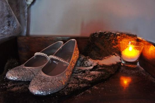 """Posées sur une fourrure (fausse) enneigée, la paire de chaussures pour le jour de la fête, d'incroyables escarpins à bride argentés trouvé 15 jours plus tôt chez """"Accessoirize""""..."""