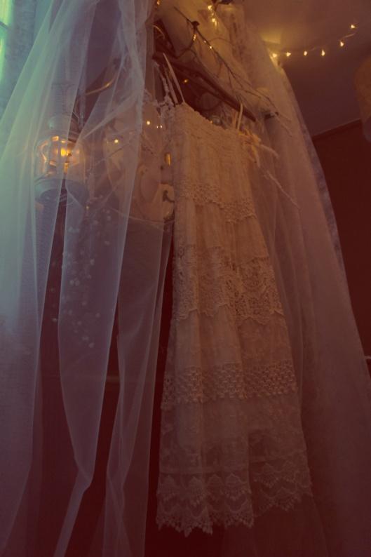 Il ne rste plus qu'à enfiler la robe adéquate... une robe façons années 30, toute en dentelle...