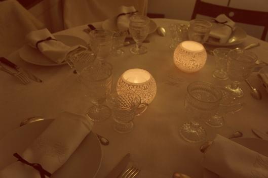 Pour marquer la fin de l'Hiver, une table d'une blanc pur est montée. Seul les rubans noirs qui traversent les serviettes brodées rappellent le noir de la truffe