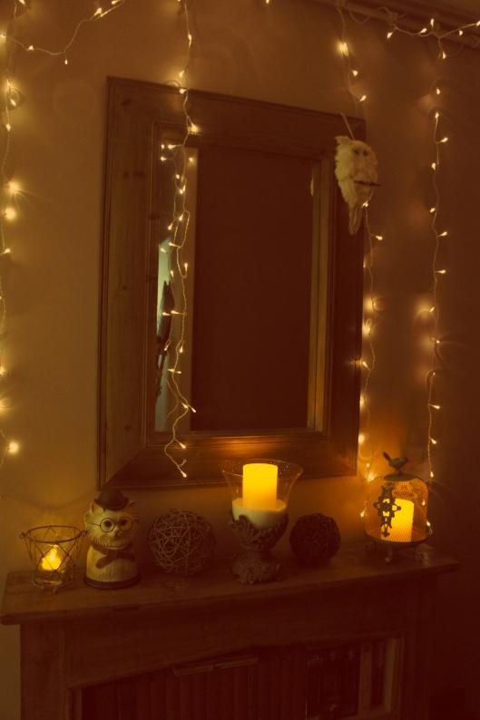 Depuis le Nouvel An, le manteau de cheminée s'est épuré. Ne reste plus que quelques bougies, des luminaires scintillants et un chat fantaisie...
