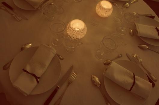 Fourchettes anciennes et couteau de corne comme élément noir finissent la table.