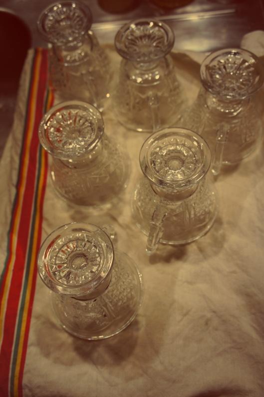 Les verres à punch reconvertis en verres à eau sont lavés à l'eau chaude pour raviver leur éclat...