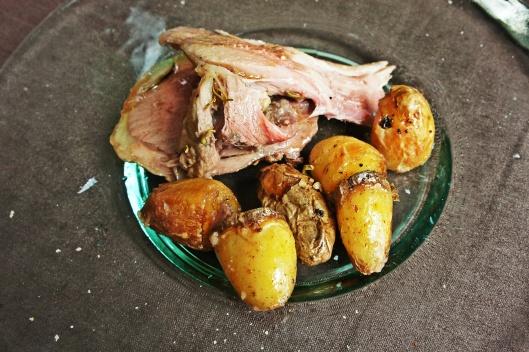 Plat : gigot d'agneau aux anchois et au romarin, pommes de terre grenaille