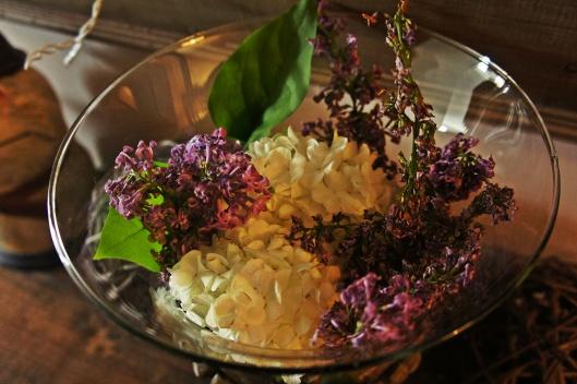 Le doux parfum des fleurs printanières emplit le manteau de cheminée...