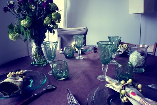 Sur une nappe chocolat en lin (Linvosges), les verres de Biot son mis en valeur par cette couleur de terre...comme un parterre de jardin !