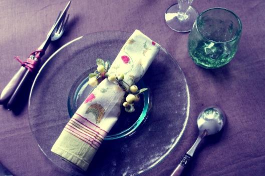 Une serviette de table (Mas d'Ousvan), orné de framboises, joue la transparence avec l'assiette